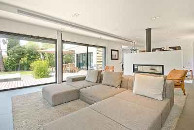 Дом в пригороде Барселоны эксклюзивного дизайна с бассейном и жилой пристройкой для гостей